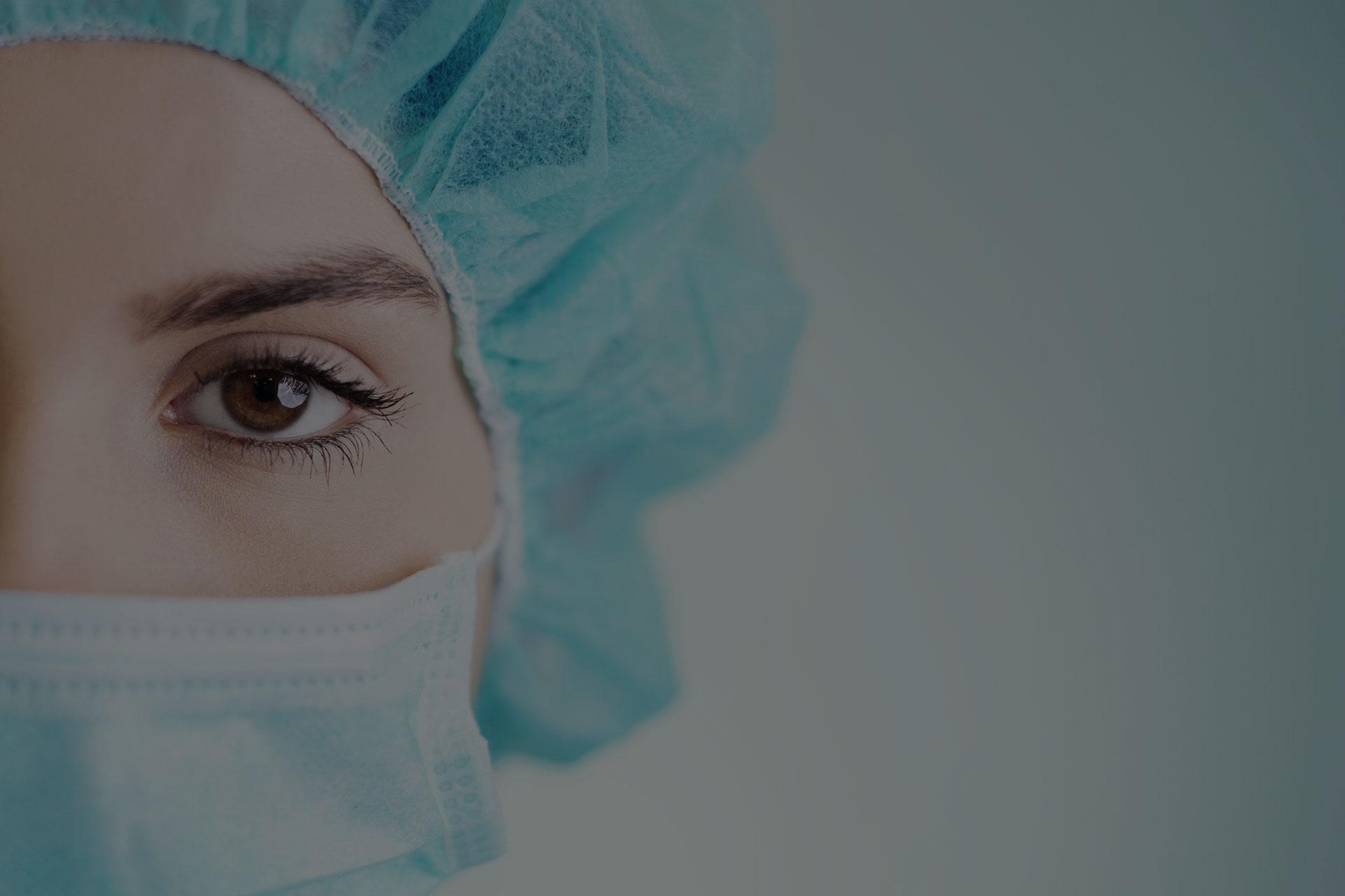 一个戴口罩的女医生